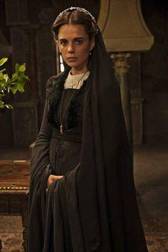 Isabel de Trastámara y Trastámara, interpretada por Gina Laline