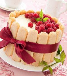 Raspberry charlotte cake shared by frannieredman Bolo Charlotte, Charlotte Au Fruit, Charlotte Dessert, Köstliche Desserts, Delicious Desserts, Dessert Recipes, Bon Dessert, Traditional French Desserts, Easy Cake Recipes
