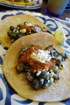 Un buen taco de Huitlacoche, pero con todo lo demás...en especial la salsa!!!¡Exquisito!!!