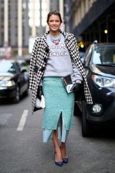 Helena Bordon La blogger mezcla una sudadera 'casual' con prendas 'classy'. Se suma a la 'tweed trend' y a la pata de gallo.