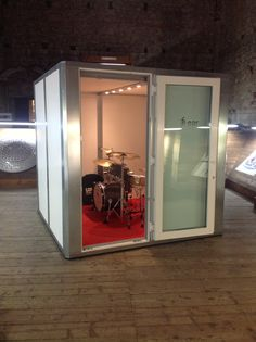 Access to a practice room not only for students who cannot practice at home, but as a place to decompress if they feel overstimulated during rehearsals. Drums Studio, Music Studio Room, Home Studio Musik, Home Music Rooms, Sound Room, Drum Room, Tiny Office, Garage Studio, Recording Studio Design