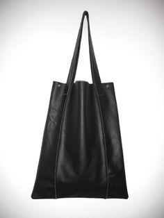 Modern Leatherbag Tote Shopper in black, clean Design made by Musterstück.
