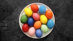 Vidíte ty krásné barvy? Všechny vznikly přírodní cestou a v domácích podmínkách je zvládnete v pohodě i vy. Stačí mít po ruce pár základních surovin a vajíčka, která chcete obarvit.