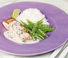 Lime- och ingefärsbakad torsk med grönsaker i röd curry | Ett snabblagat och enkelt recept på stekt laxfilé med en fräsch sås av kokos och lime. Du gör den exotiska såsen av kokosmjölk, lime, gräslök och pepparmix. Servera fisken med den härliga såsen, ris och en sallad.