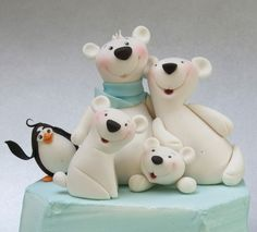 Make a cute family of polar bears in Carlos Lischetti's trademark animated style. Christmas Cake Designs, Christmas Cake Decorations, Fondant Decorations, Christmas Cakes, Fondant Figures, Clay Figures, Fondant Icing, Fondant Toppers, Polymer Clay Animals