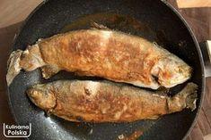 Pstrągi według tego przepisu wychodzą niczym z dobrej smażalni nad łowiskiem. Przepełnione aromatem czosnku i ziół, po prostu pyszne. Składniki: dwa świeże wypatroszone pstrągi, najlepiej z łowiska lub zaufanego sklepu rybnego, 3 ząbki czosnku, kopiasta łyżka posiekanej pietruszki, łyżeczka suszonego majeranku, sok z połówki cytryny, sól, pieprz, mąka pszenna, olej. Zrób tak: pstrągi trzeba zamarynować, … Buddha Bowl, Polish Recipes, Seafood Dishes, Salsa, Food And Drink, Turkey, Gluten Free, Chicken, Cooking