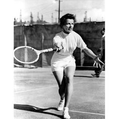 Vogue Daily — Legendary for her classic menswear style, Katharine Hepburn rejected the traditional tennis skirt and opted instead for flattering high-waisted shorts. Mode Tennis, Tennis Clubs, Tennis Players, Katharine Hepburn, Audrey Hepburn, Tennis Outfits, Tennis Clothes, Tennis Skirts, Margaret Sanger