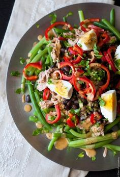 A colourful, filling salad with green beans, black beans, tuna fish, red pepper and boiled egg. And a tasty dressing made with tartare sauce. Refreshing, light and satisfying.