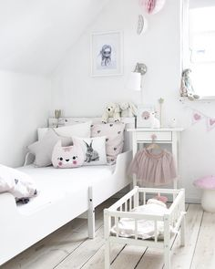 Pink and white Nordic kids room #nordicdesign #barnrom