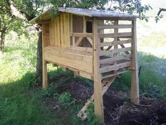 Nice Pallets Chiken Coop  #chickencoop #garden #recyclingwoodpallets Make a tiny chicken coop to welcome 6 chickens with easy access nestboxes, refectory and elevated dormitory. Backside offers a full access doors for c...