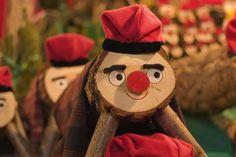 Traditions de Noël - Envie de Catalogne. Le Tió est une tradition très répandue en Catalogne. Il s'agit d'une bûche montée sur 2 ou 4 petites jambes de bois, portant un large sourire et un petit nez. A partir du 8 décembre, on le nourrit chaque nuit, puis on le couvre d'un drap rouge pour passer la nuit. Le jour de Noël, les enfants le battent avec des bâtons et lui demandent de chier (c'est bien le terme utilisé en catalan) du turron, des noix et des bonbons. #Catalogne