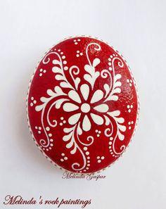 Roca con rojo y blanco decorativo Flores pintado a mano. Es una gran Idea del regalo o Idea de decoración para su hogar, oficina.  Está