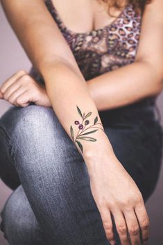 Bracelet tattoos are extremely fine tattoo designs which are very common today. Armband Tattoos, Wörter Tattoos, Neue Tattoos, Word Tattoos, Tattoo Drawings, Flower Wrist Tattoos, Small Wrist Tattoos, Latest Tattoos, Great Tattoos