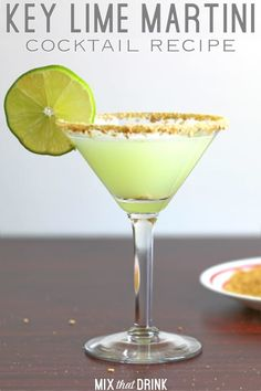 The Key Lime Martini drink recipe blends vanilla vodka with the flavors of key lime and coconut. It uses crushed graham crackers for the rim makes it taste like key lime pie. This is one of the best cocktails for parties! Vodka Martini, Key Lime Martini, Martini Mix, Martini Racing, Coconut Martini, Key Lime Margarita, Martini Flavors, Lemon Drop Martini, Cocktails For Parties