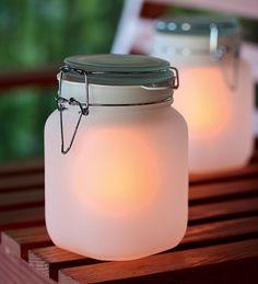 Lámpara solar Sun Jar de Suck UK, con una placa solar, batería recargable y luces LED en su interior. De día almacena los rayos del sol para que los puedas utilizar por la noche. #lamparaSolar #lampara #sunJar #SuckUK #ecodesign #iluminacion #exterior #ecologico #sostenible #luzLED #LED #solar #solarleuchte #glas #solarlamp #design #decoration #decoracion