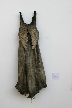El talento de Louise Richardson para crear vestidos irreales, ropa atemporal, improbables, objetos llenos de gracia y poesía ...  maravilloso!