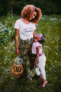 editorial shoot by Ariel Panowicz for Wee Vintage Baby Mother daughter photo shoot Mommy Daughter Photography, Mother Daughter Poses, Mother Daughter Pictures, Mother And Child, Mother Daughters, Summer Family Photos, Family Pictures, Outdoor Family Photography, Children Photography