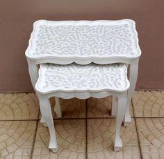Nem dá para acreditar que estas mesas são de MDF! Com uma pátina provençal e mosaico, ficaram lindas de viver!