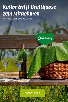 """Wie eng Kulturausflüge und kulinarische Touren in der Steiermark beisammen liegen, das zeigt der Kulturreigen rund um """"Kulturgenuss im Grünen"""" jährlich gerne auf. Da wird der Konzert- oder Museumsbesuch zum Picknickereignis und der Schlossbesuch zur Weinverkostung. Kalter Winter, Wine Country"""