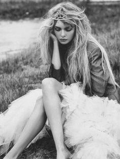 La princesa está triste... ¿Que tendrá la princesa? Los suspiros se escapan por su boca de fresa, que ha perdido la risa, que ha perdido el color...