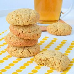 Het recept voor deze havermoutkoekjes is heerlijk eenvoudig en levert de lekkerste havermout koeken op. Knapperig van buiten en zacht van binnen.