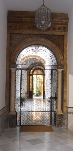 SPAIN / ANDALUSIA / Places, towns and villages of Andalusia - Courtyard. CAlle Francos, 1 Sevilla
