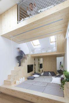 Venäläinen Ruetemple arkkitehtitoimisto suunnitteli mansardikaton alle jäävään tilaan lapsiperheen vanhemmille makuuhuoneen, jonka toimii samalla...