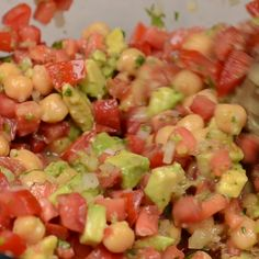 This recipe for mexican garbanzo salad combines tomato, onion, serrano chile, avocado, chickpeas and lime juice. Makes a great lunch. Vegan Mexican Recipes, Greek Recipes, Vegetarian Recipes, Cooking Recipes, Healthy Recipes, Vegan Foods, Vegan Dishes, Garbanzo Salad, Cannellini Bean Salad