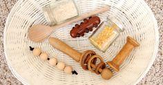 Selbstgemachtes Klanggläschen mit Reis, Linsen o.Ä. // ein kleiner Noppen-Igel aus Holz // ein Kochlöffel  (unbenutzt) // eine Holzspule ...