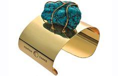 La colombiana Marina Danko emigró a España buscando el amor, pero se trajo consigo su pasión por las joyas. Ahora las comparte con El Corte Inglés en una colaboración exclusiva de pulseras, collares y pendientes, todos elaborados a partir de sus piedras preciosas favoritas. ¿Su nombre? Sisai.