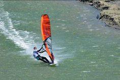 Namibia: Speedsurfen in Lüderitz! Insbesondere die Küstenstädte Swakopmund und Lüderitz sowie die raue Skelettküste, gelten inzwischen als Hotspots für Segler und Kajakfahrer, Wasserski-Fans und Wellenreiter, Kite- und Windsurfer.  Die Hafenstadt Lüderitz gilt mittlerweile als einer der beliebtesten Surf-Plätze der Welt.