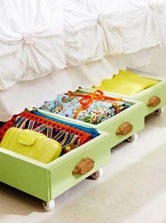 Ящики с вещами можно хранить под кроватью