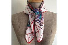 Epais, doux, élégant, ce foulard carré en soie haut de gamme et de grande qualité, une idée cadeau chic et mode pour femme.