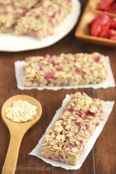 A simple recipe for skinny, clean-eating Strawberry Banana Granola Bars. So much better than the granola bars sold in stores! Nix the banana. Healthy Bars, Healthy Treats, Healthy Baking, Banana Granola, Granola Bars, Banana Bars, Banana Milk, Snack Recipes, Cooking Recipes