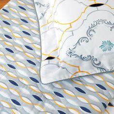 Zoom sur les détails de la parure Maiolica. Modèle Maiolica, parure en percale imprimée 100% coton peigné longues fibres, 80 fils/cm². #lingedemaison #lingedelit #ambiance #detail #parure #lit #coton #couleurs