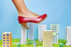 Kleine Auswahl, Clown-Optik, Stolperfallen: Als Frau mit großen Füßen ist es gar nicht so einfach, überhaupt ein passendes Paar Schuhe zu finden. Wie Sie Ihre Füße optisch verkleinern können und auf was Sie beim Schuhkauf achten sollten, lesen Sie hier.