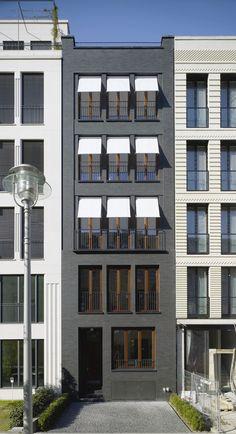 """Schwarzer Solitär – Dieses Stadthaus in Berlin wurde beim Fritz-Höger-Preis 2011 für Backstein-Architektur in der Kategorie """"Wohnungsbau, Geschosswohnungsbau"""" nominiert.</br>Foto © HÖHNE Architekten BDA"""