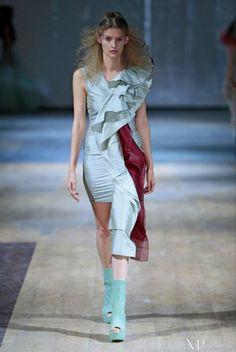 Vestido corto celeste para invitada con detalle de volantes y rojo. Diseño de Dorhout Mees.