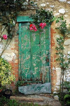 Fonterutoli, Chianti (Toscana, Italia) (Green door at Fonterutoli, Tuscany, Italy. Open the door an explore Italy with Made of Tuscany www. Cool Doors, Unique Doors, Door Knockers, Door Knobs, When One Door Closes, Door Gate, Closed Doors, Garden Gates, Garden Doors