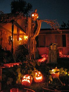 Best DIY Halloween Decorations for this halloween. We gathered up Over 90 of the BEST Homemade Halloween Decorations to share with you. Halloween 2018, Home Depot Halloween, Bonbon Halloween, Halloween School Treats, Outdoor Halloween, Holidays Halloween, Scary Halloween, Halloween Ideas, Scarecrow Ideas