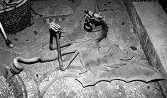 Οι εικασίες σατανιστικών τελετών και μάλιστα από τους ίδιους τους Ιππότες συνδέονται, μάλλον λανθασμένα, με τον επιβλητικό μεταλλικό δράκο, ο οποίος κοσμούσε την περίφημη πόρτα μέχρι τις αρχές του 90', που αφαιρέθηκε. Αυτός ο θυρεός ήταν και ο εναρκτήριος μοχλός για όλο το αίνιγμα που δημιουργήθηκε γύρω από αυτό το κτίριο. Σύμφωνα με άλλες πηγές ο δράκος αυτός δήλωνε προστασία των θησαυρών, όπως στην περίπτωση αυτή τα έργα τέχνης και τα ψηφιδωτά που το κοσμούσαν. Interesting Stuff, Painting, Art, Art Background, Painting Art, Kunst, Paintings, Performing Arts, Painted Canvas