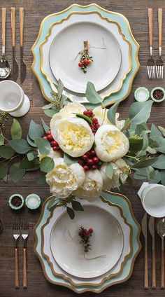 Gorgeous Christmas Tablescape with White Peonies and A Soft Green Theme - Casa de Perrin - Christmas Table Ideas Christmas Flower Decorations, Christmas Table Centerpieces, Christmas Table Settings, Christmas Tablescapes, Centerpiece Decorations, Decoration Table, Christmas Colors, Christmas Trees, Diy Kitchen Decor