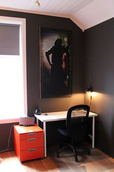 Gutt 13 år får endelig eget rom Kidsroom, Office Desk, Corner Desk, Villa, Vanity, Mirror, House, Furniture, Home Decor