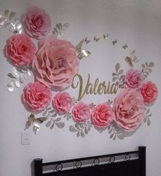 Bienvenida a casa en México para la bella Valeria de Colombia . Flores de papel en tonos rosa con hojitas y mariposas doradas… Paper Flower Decor, Paper Flower Backdrop, Flower Wall Decor, Flower Crafts, Flower Decorations, Giant Paper Flowers, Diy Flowers, Birthday Decorations, Wedding Decorations