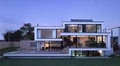 Casa contemporánea con fachada escalonada