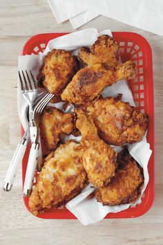 Southern funeral food is all about providing comfort with the classics. Here are the staple Southern comfort dishes you'll see on every funeral reception menu. Martha Stewart, Best Fried Chicken Recipe, Best Comfort Food, Comfort Foods, Southern Recipes, Southern Food, Southern Chicken, Cooking Recipes, Easy Recipes