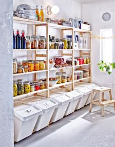 Interior Design Speisekammer: Mehr Platz für Essen - IKEA To find the plants that will make this lan Ikea Pantry, Small Pantry, Pantry Storage, Ikea Kitchen, Closet Storage, Kitchen Pantry, Bedroom Storage, Kitchen Storage, Kitchen Decor