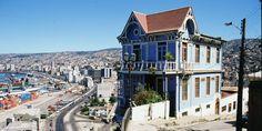 """Considerada como """"La joya del Pacífico"""", Valparaíso es una ciudad enclavada en un anfiteatro natural, rodeada por 45 cerros que se precipitan abruptamente hacia el mar en la zona centro de Chile."""