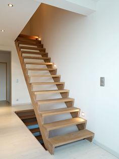 Eenvoudige sobere houten trap in strak wit modern interieur trappen pinterest modern and - Model interieur trap ...