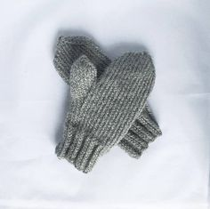 Minimal Grey Winter Mittens Chunky All Natural Wool. Warm Unisex Accessory, Great sock filler One Size 17cm / 6.7in around. 22.5cm / 8.8in long. 4.5cm / 1.7in thumb. 6cm / 2.3in cuff. 65% Wool, 35% Alpaca (65% Peruvian Highland wool and 35% superfine alpaca) Hand Wash, max 30°C / Dry Flat